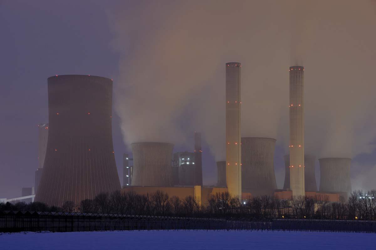 kolkraftverk på natten